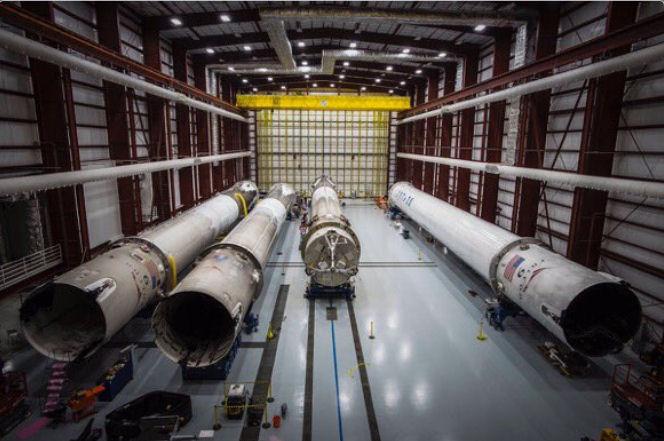 [SpaceX] Actualités et développements de la Falcon 9 et du moteur Merlin - Page 13 Hangar10