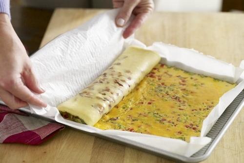 Omelette roulée au bacon avec salsa .Parfait pour un bruch. Omelet10
