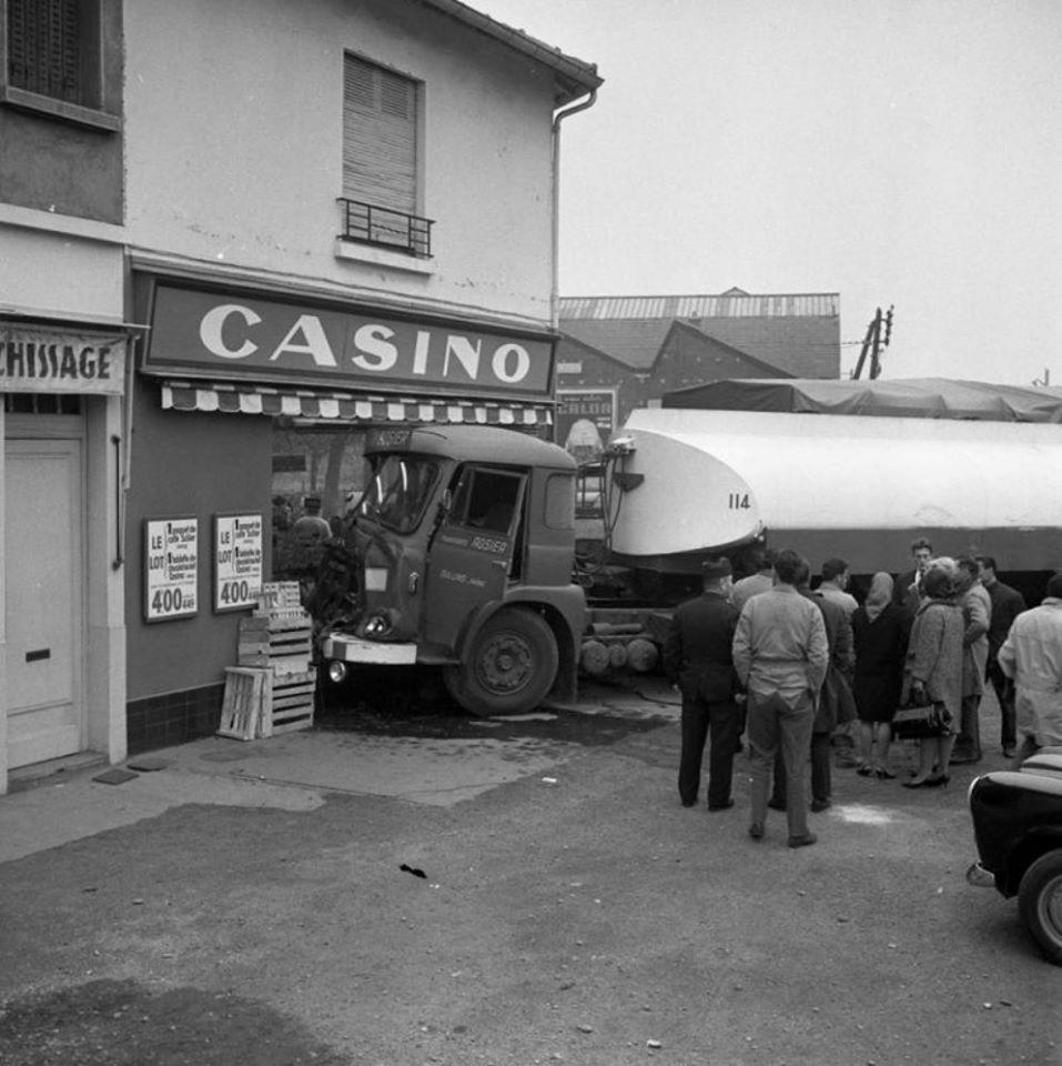 Des photos d'époque de Concessions Mercedes-Benz partie 1 - Page 15 P11110