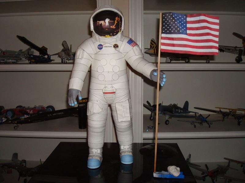 [maquette papier] astronaute lunaire au 1/6 Ap112010