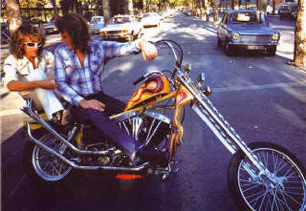 Ils ont posé avec une Harley, principalement les People - Page 37 Polnar10