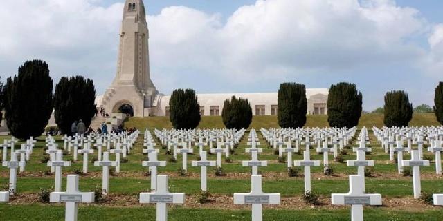 A Verdun et Douaumont, les joueurs de Pokémon Go chassent au milieu des tombes de soldats 5a85ae10