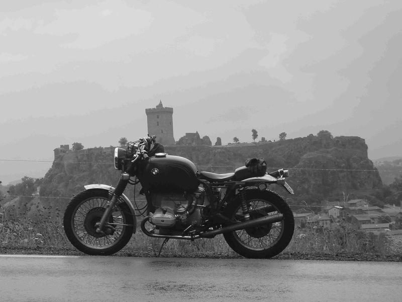 Photos de vous et de votre moto devant ....un château  - Page 15 P7231010