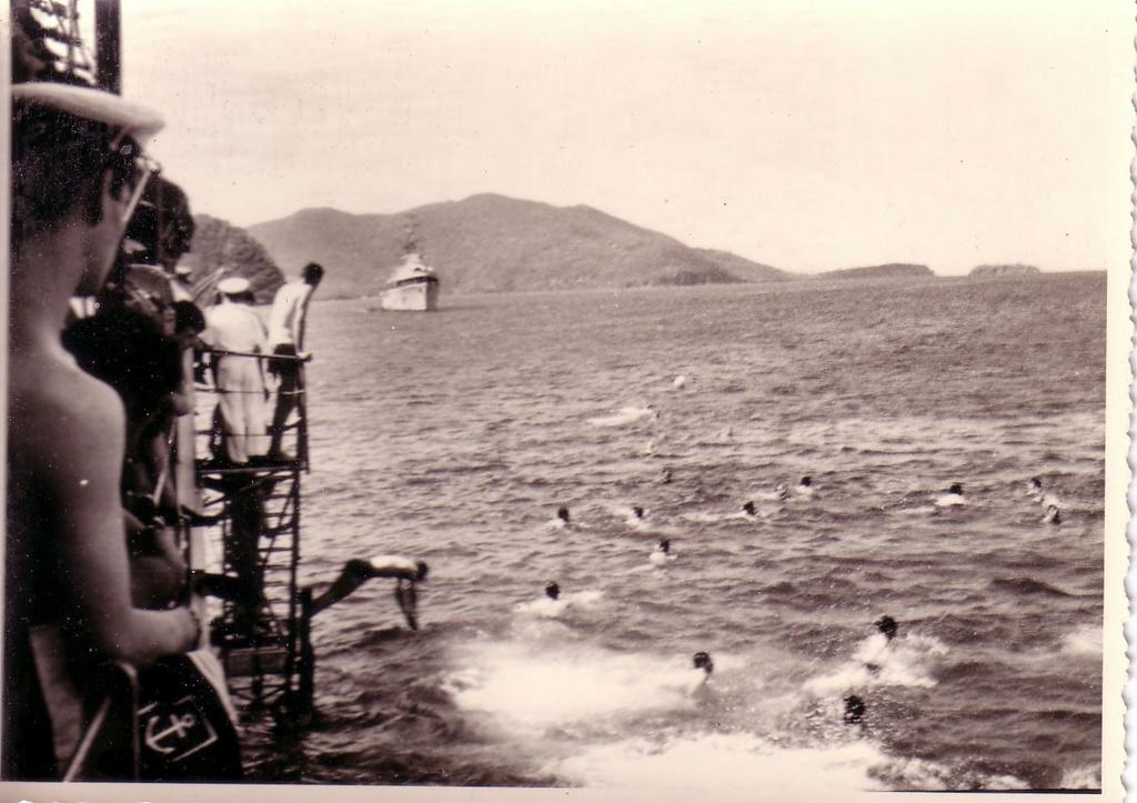 [Les traditions dans la Marine] Baignade le long du bord 16_bai10
