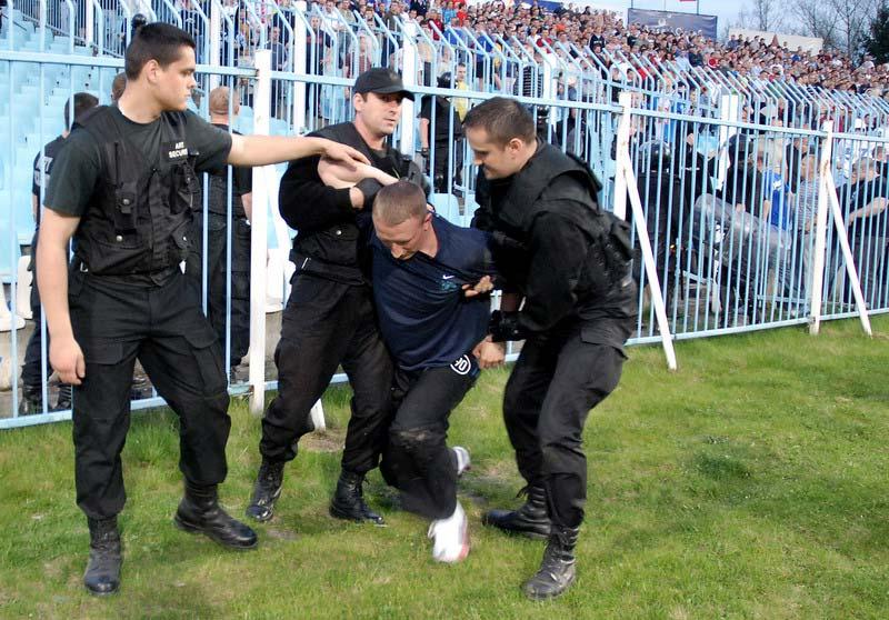 Les ultras et la police - Page 4 30lmb610