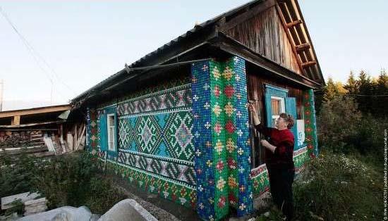 إمرأة تزين بيتها باستعمال أغطية الزجاج 27272911