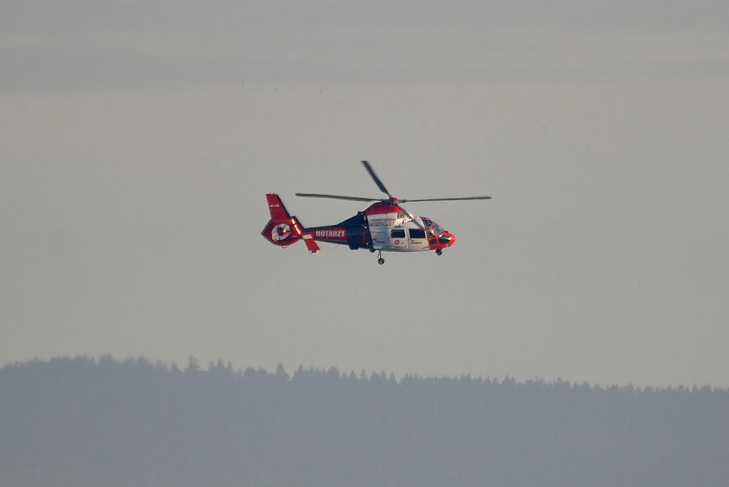 Rettungshubschrauber im Einsatz in der Nähe vom Terminal 2 Dsc_0216