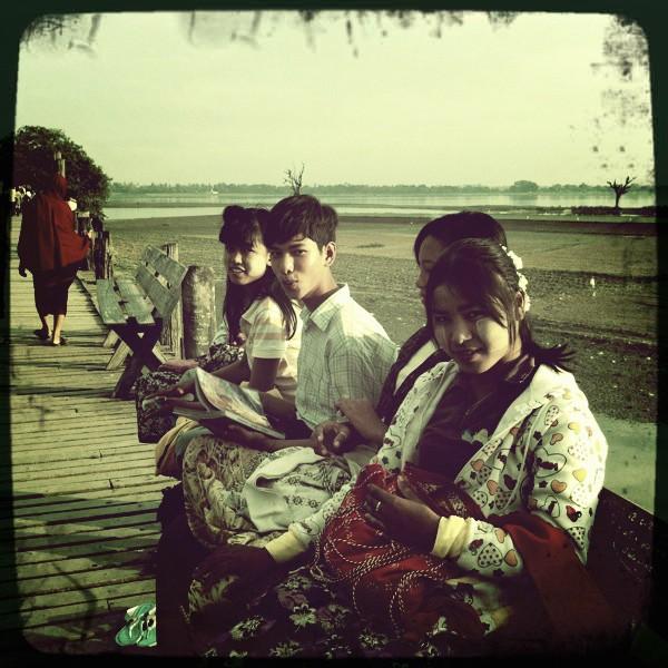 La chanteuse Diane Tell en Birmanie La-jeu10