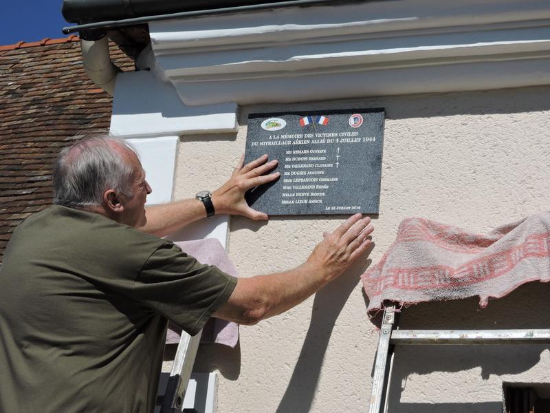 Plaque Commémorative en hommage à des Civiles  . Dscn8615
