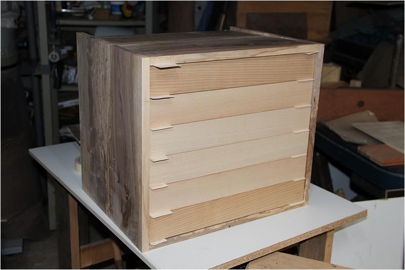 Petit meuble pour échevettes, fait en bois de récup ou venant de chutes. Img_2710