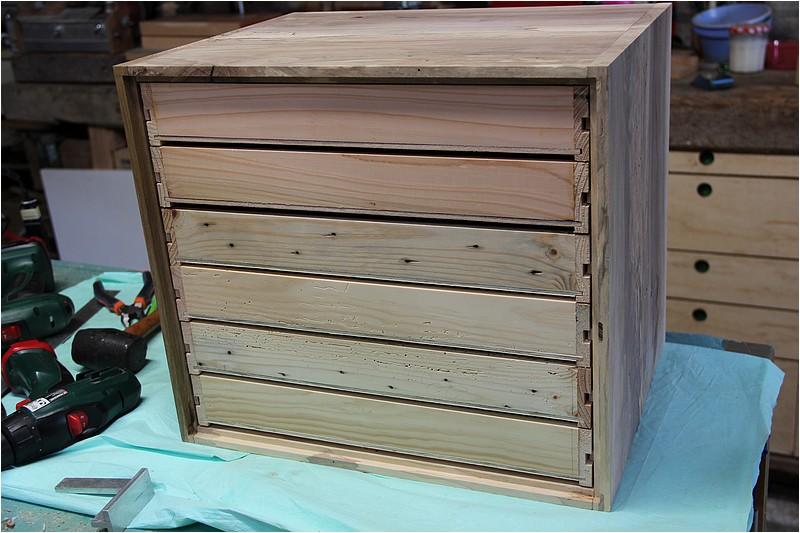 Petit meuble pour échevettes, fait en bois de récup ou venant de chutes. Img_2713