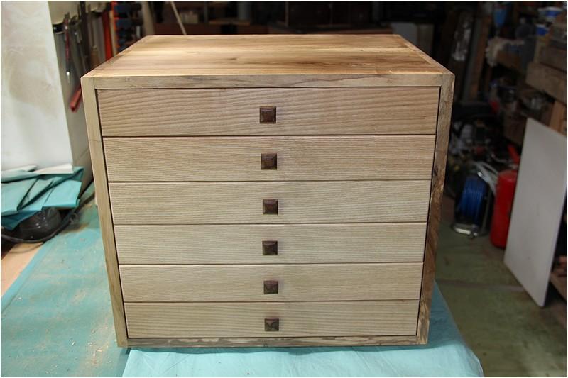 Petit meuble pour échevettes, fait en bois de récup ou venant de chutes. Img_2716