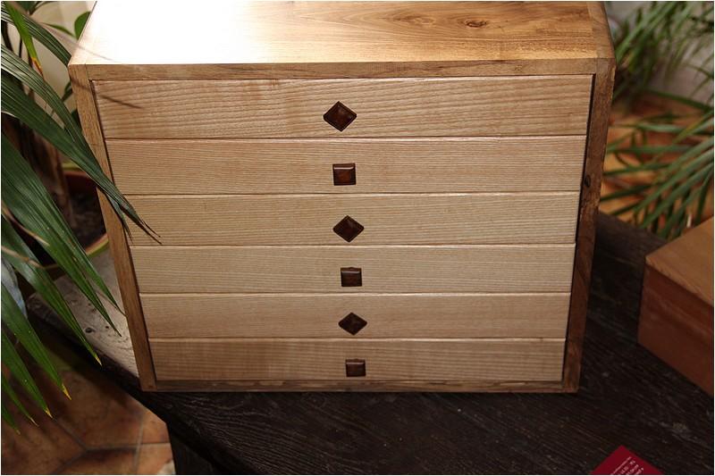 Petit meuble pour échevettes, fait en bois de récup ou venant de chutes. Img_2722