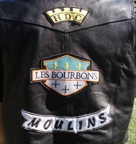 Couleurs des differents clubs de bikers - Page 15 54133110