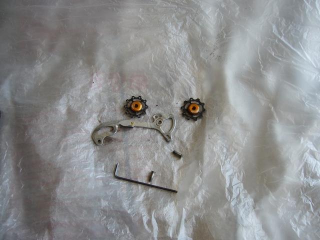 avec photos! chape dérailleur qui pendouille, ou jeu latéral important: on peut réparer! P1020710