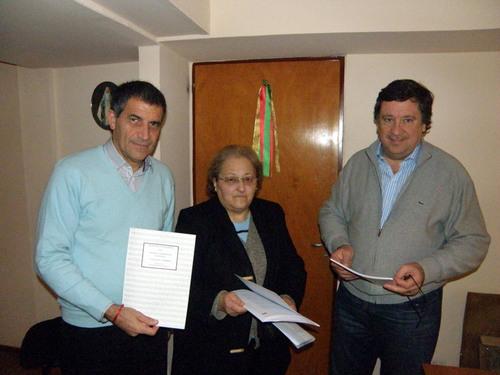 "El intendente  Jorge Rodríguez Erneta recibió ejemplares de ""Mi Amada Villa Gesell"" 00111"