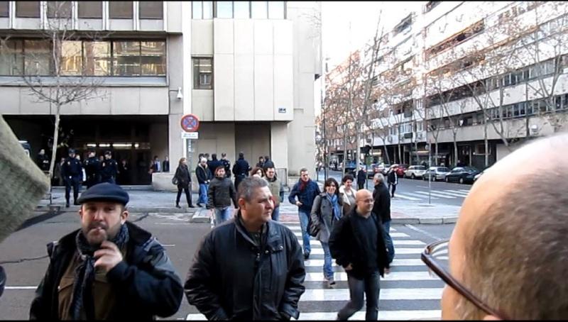 Fotos y vídeo de la concentración celebrada en el juzgado de lo social, Hernani 59 por el juicio de los compañeros despedidos, el día 10-1-11 11-01-10