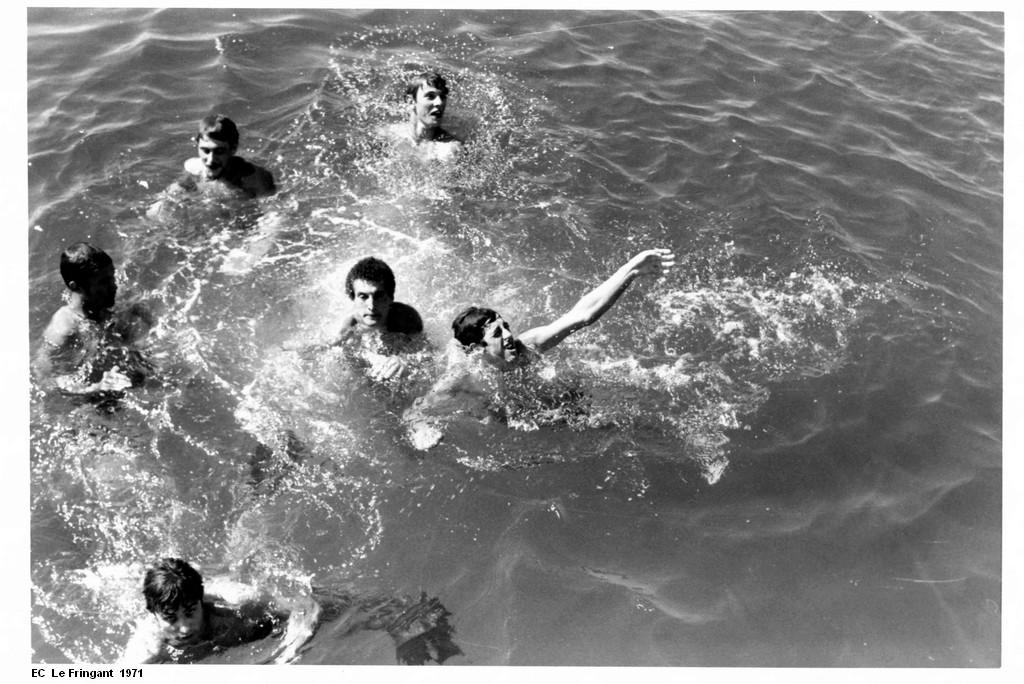 [Les traditions dans la Marine] Baignade le long du bord - Page 2 1971_a11