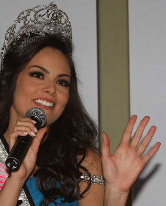 The hands of Miss Universe 2010 - Jimena Navarrete, Mexico!! Jimena11