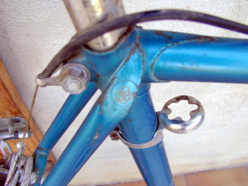 Gitane bleu trois tubes Reynolds et pattes nid d'abeilles P1012113