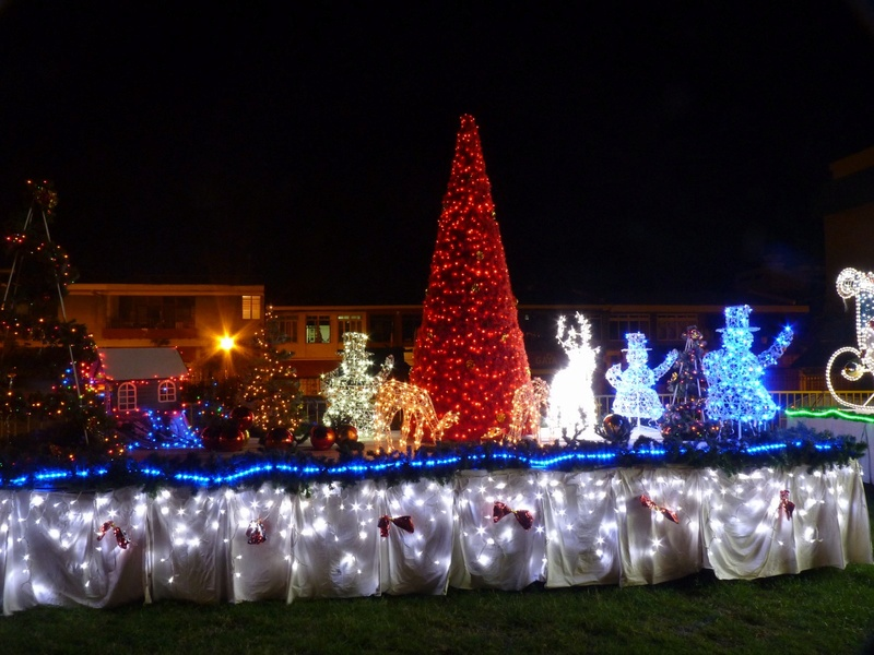 Les illuminations de Noël pour les fêtes 2.015   2.016 ! - Page 8 2010-110