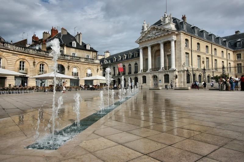 Par ordre alphabétique, des villes et des villages . - Page 9 Dijon-10