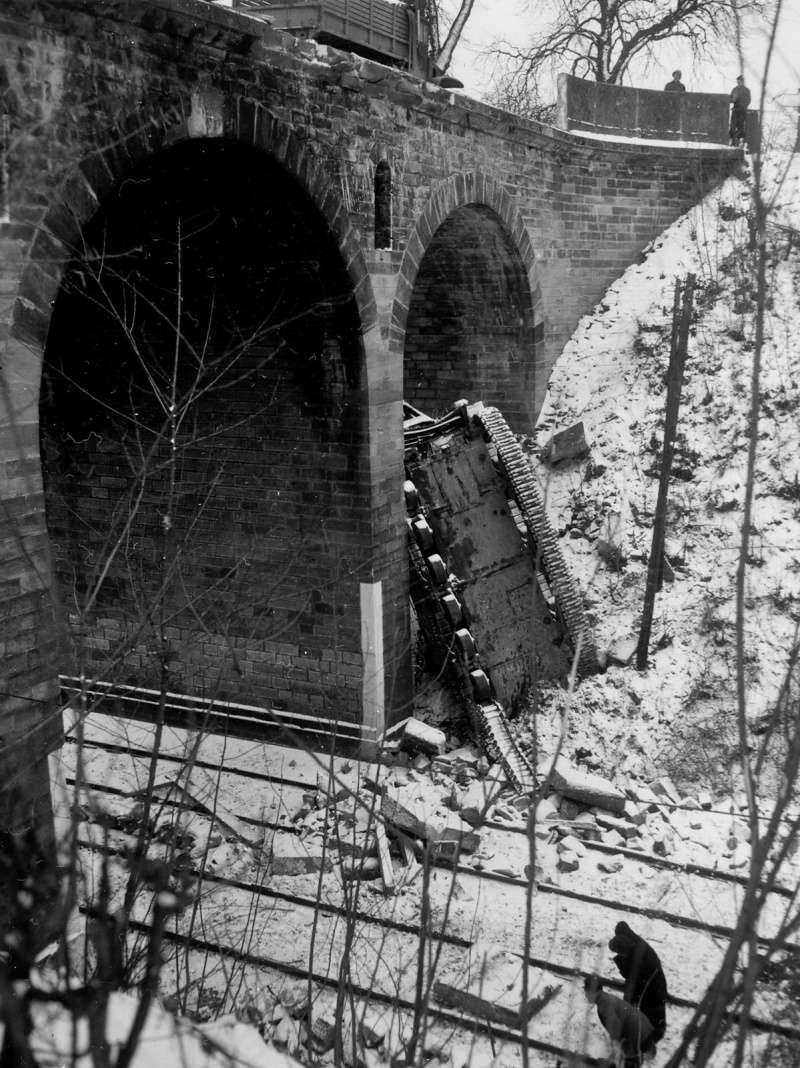 Char Sherman tombé d'un pont à Saverne M32b3_11