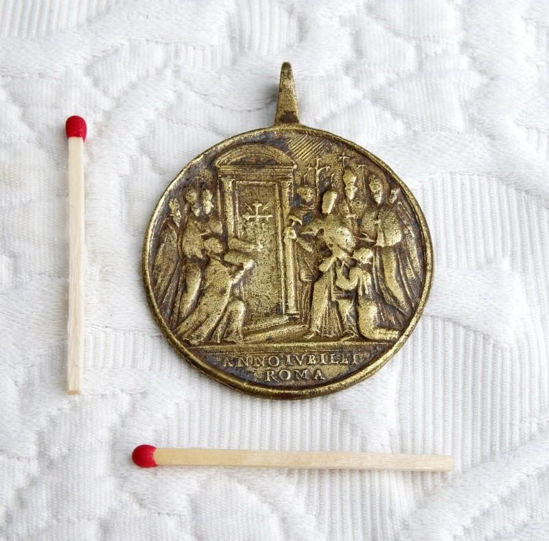 Médaille St-Pierre/St-Paul - Revers Pape ouvrant symboliquement la Porte Sainte - XVIIIème Imgp4911