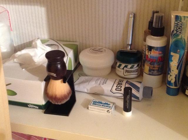 Photos de votre armoire spéciale rasage (ou de la partie réservée au rasage) Image22