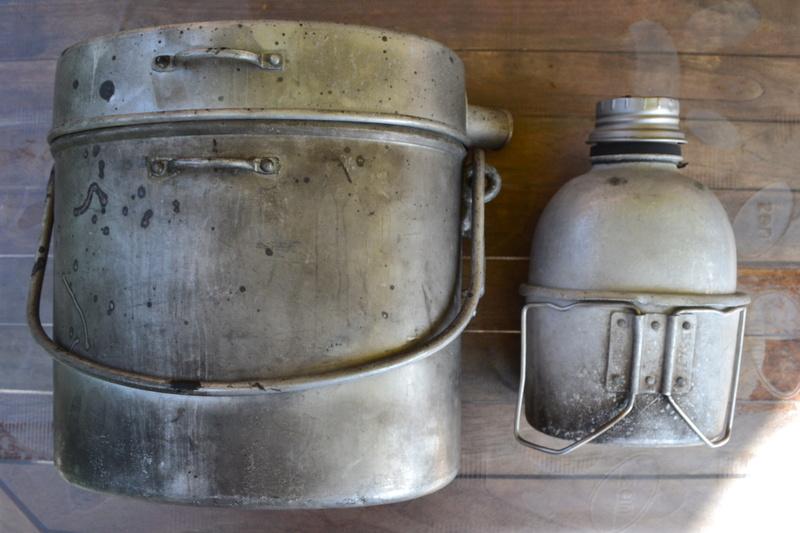 Lot équipement INDOCHINE: bouthéon + gourde anglaise mod 1944 datée 1951 & quart daté 1950.- ESC 1 Dsc_0411