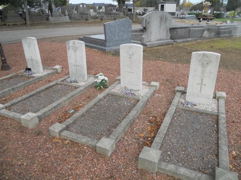 4 aviateur de la raf cimetiere de cimetière de Sainte-Walburge  Dscn2310
