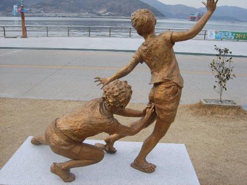 Des statues amusantes ! - Page 40 Amusan10
