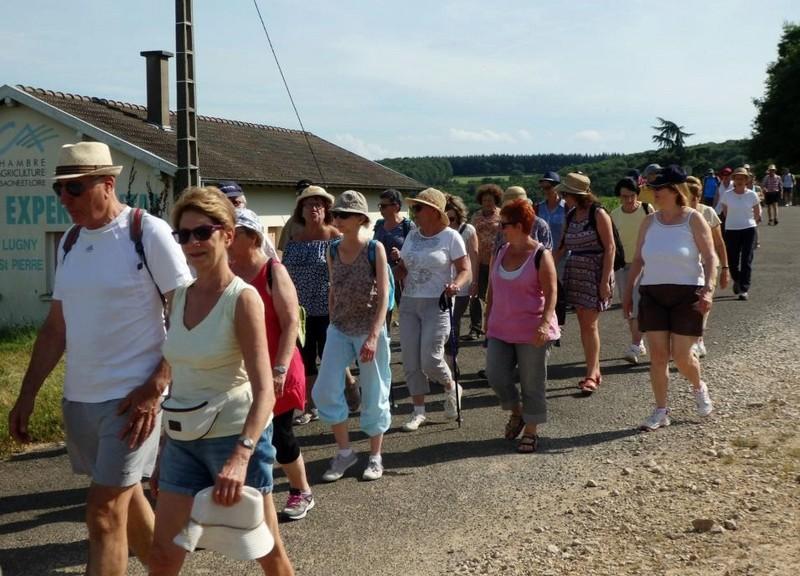 """Lugny (71) : photos de la 4e marche du patrimoine (vendredi 8 juillet 2016) """"Les marcheurs incollables sur le patrimoine"""" (""""Le JSL"""" du mardi 12 juillet 2016) Lugny_17"""