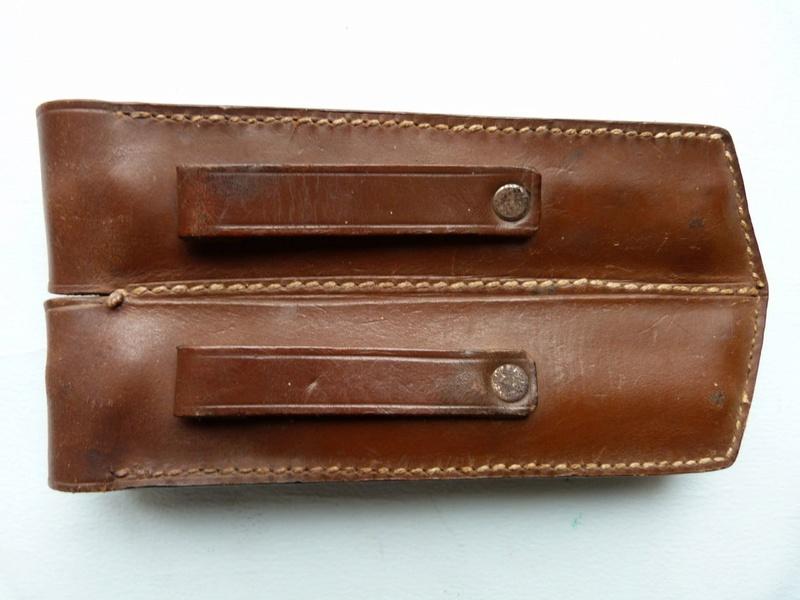 Les pochettes pour loger les chargeurs de rechange de Luger. Pouch_12