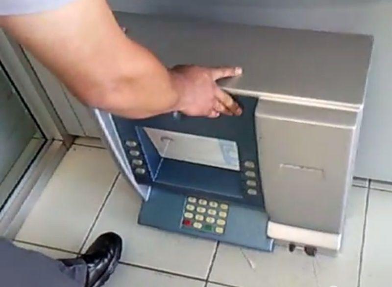 Attention aux distributeurs de billets piégés Fakeat10