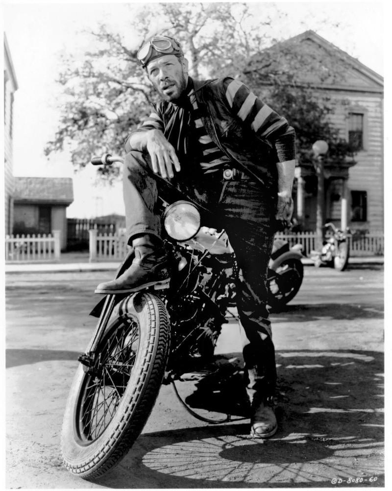 Ils ont posé avec une Harley, principalement les People - Page 37 001710