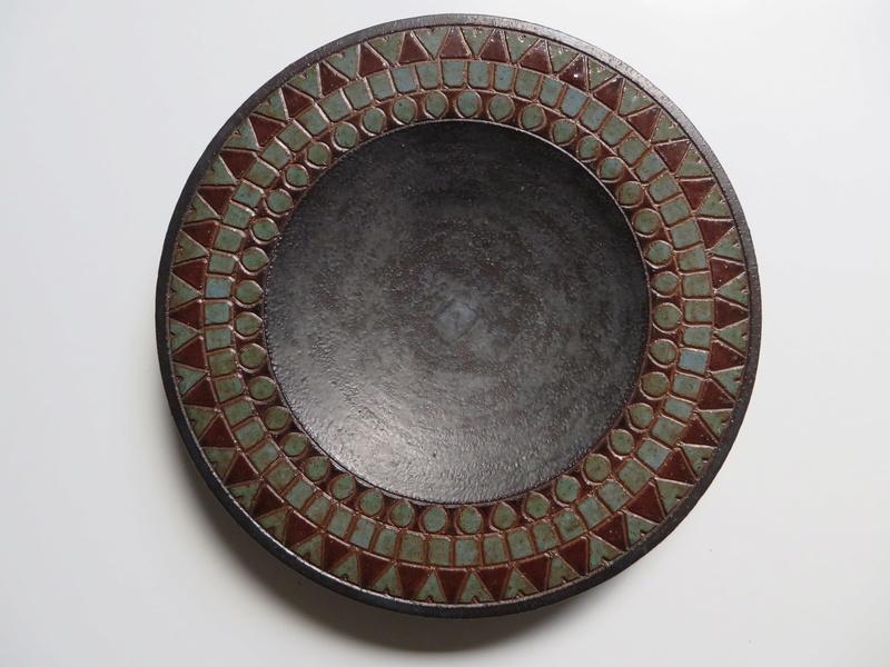 Small dish, incised glazed geometric border. Signed Anne? - Arne Bang?  Img_0028
