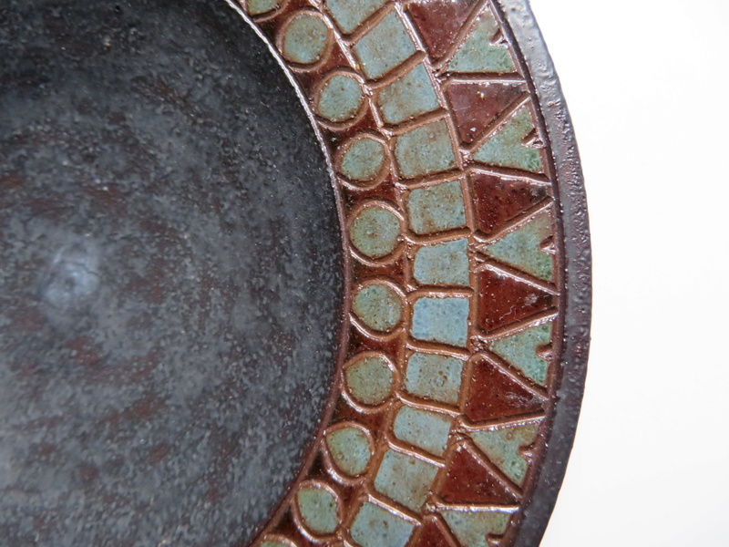 Small dish, incised glazed geometric border. Signed Anne? - Arne Bang?  Img_0030