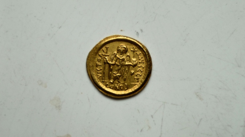 Solidus de Justinien 1er (Constantinople) R/VICTORI AVGGG B P1060611