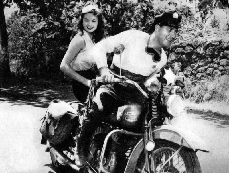 Ils ont posé avec une Harley, principalement les People - Page 37 Casili10