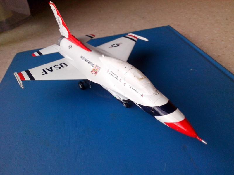 F-16D des Thunderbird (Hobby boss) - Page 2 Img_2032