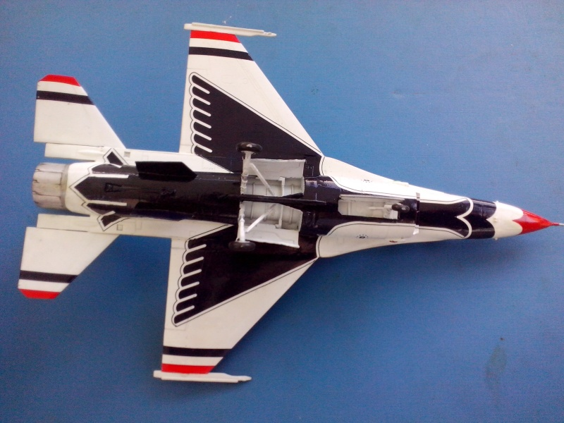 F-16D des Thunderbird (Hobby boss) - Page 3 Img_2059