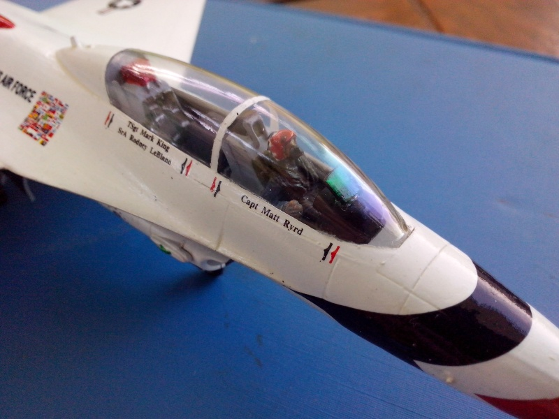 F-16D des Thunderbird (Hobby boss) - Page 3 Img_2060