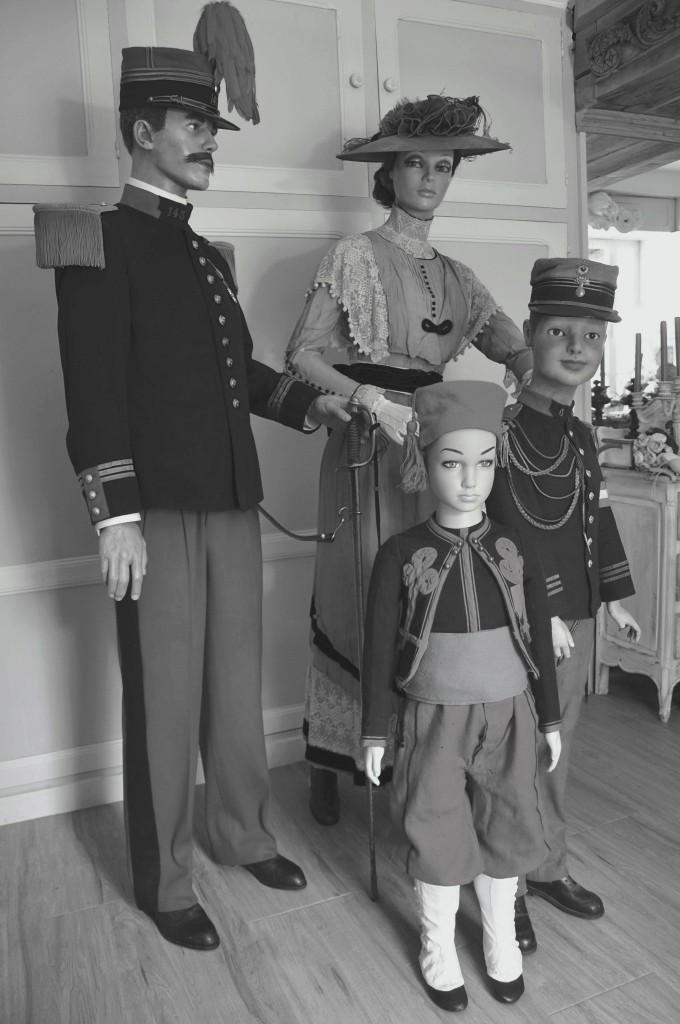 UN PEU DE POESIE (OUF) UNE FAMILLE EN 1900 UN DIMANCHE 000812