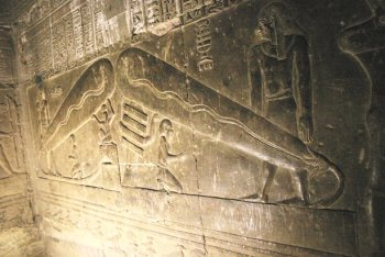 L'OVNI dans la pyramide Dender11