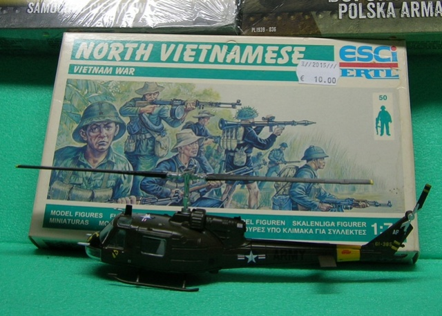 David vs Goliath- Vietnam 1960----HUEY UH-1 iroquois (en métal) + canon 40 mm Bofors et camion Praga RV  (Wrzesien) 1/72---FINI Dscn4039
