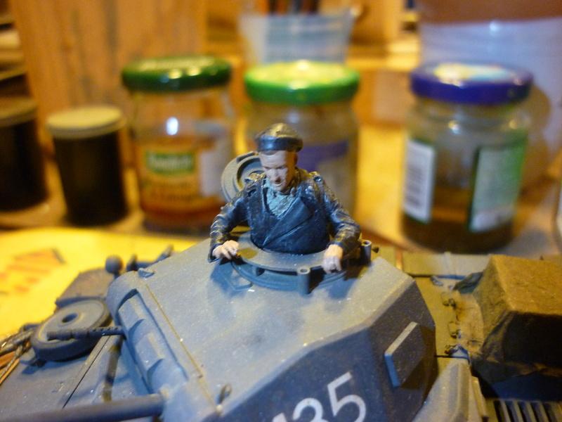 Juin 1940: Panzer II tamiya + moto Zvezda 1/35 + 3 personnages - Page 5 P1060921