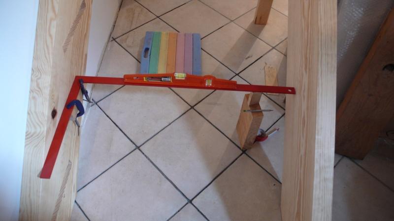 Escalier provisoire devenu définitif en pin sylvestre, à double balancements - Page 3 L1040613