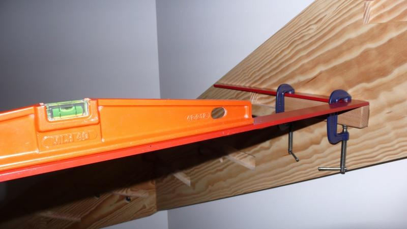 Escalier provisoire devenu définitif en pin sylvestre, à double balancements - Page 3 L1040614