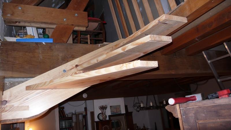 Escalier provisoire devenu définitif en pin sylvestre, à double balancements - Page 3 L1040726